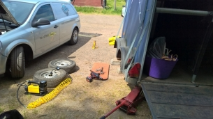 Mobile horse trailer servicing